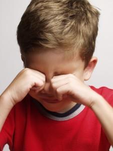 Retrato de un niño agotado,triste,llorando.