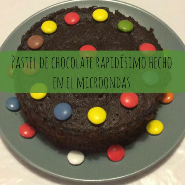 Pastel de chocolate rapidísimo hecho en el microondas