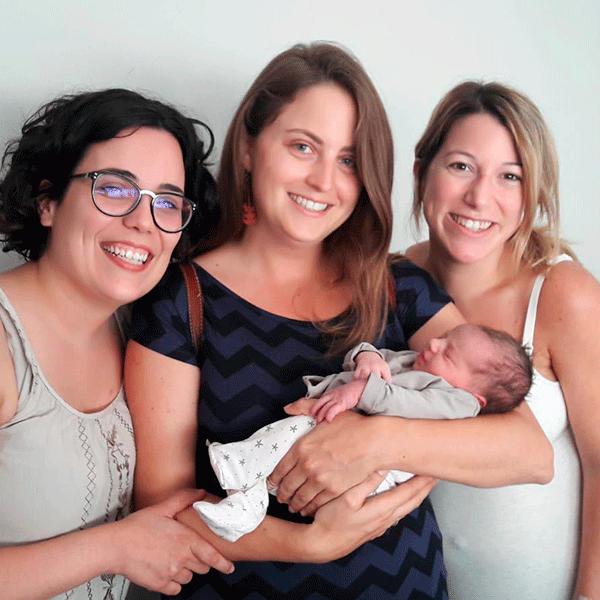 dosprofesenapuros Carlota sujeta un bebé